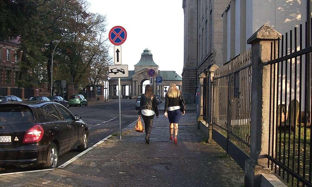 Zakaz zatrzymywania się. Fot. Wikimedia Commons/StasiÓ Stachów