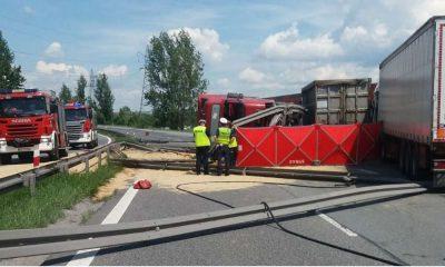 Na trasie S1 kierowca ciężarówki przejechał przez bariery rozdzielające pasy ruchu. Kabina jego ciężarówki zmiażdżyła lekarza weterynarii, który motocyklem jechał do pracy Fot. Policja