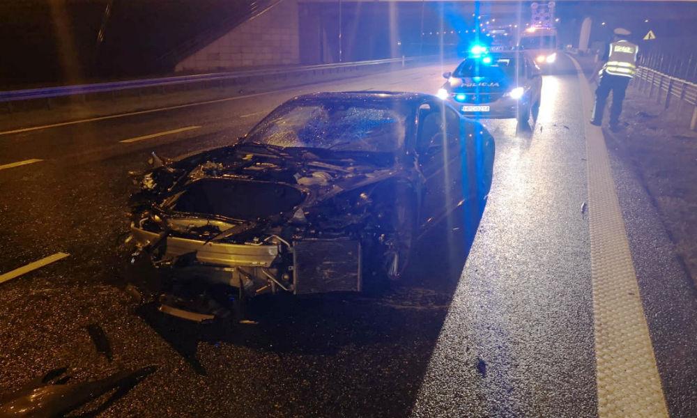 Kolizja na autostradzie A1 w okolicach Grudziądza. Kierowca porsche przebił bariery drogowe i wpadł na przeciwny pas ruchu Fot. Policja