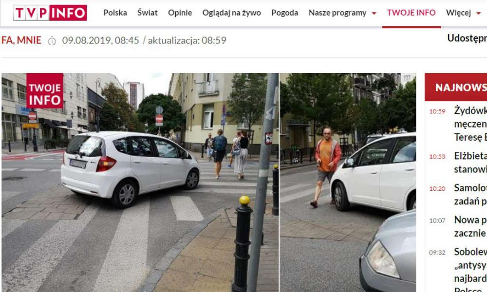 Na środku skrzyżowania i na przejściu dla pieszych - tak zdaniem Tvp.info zaparkować miał dziennikarz Piotr Najsztub. Źródło: Tvp.info