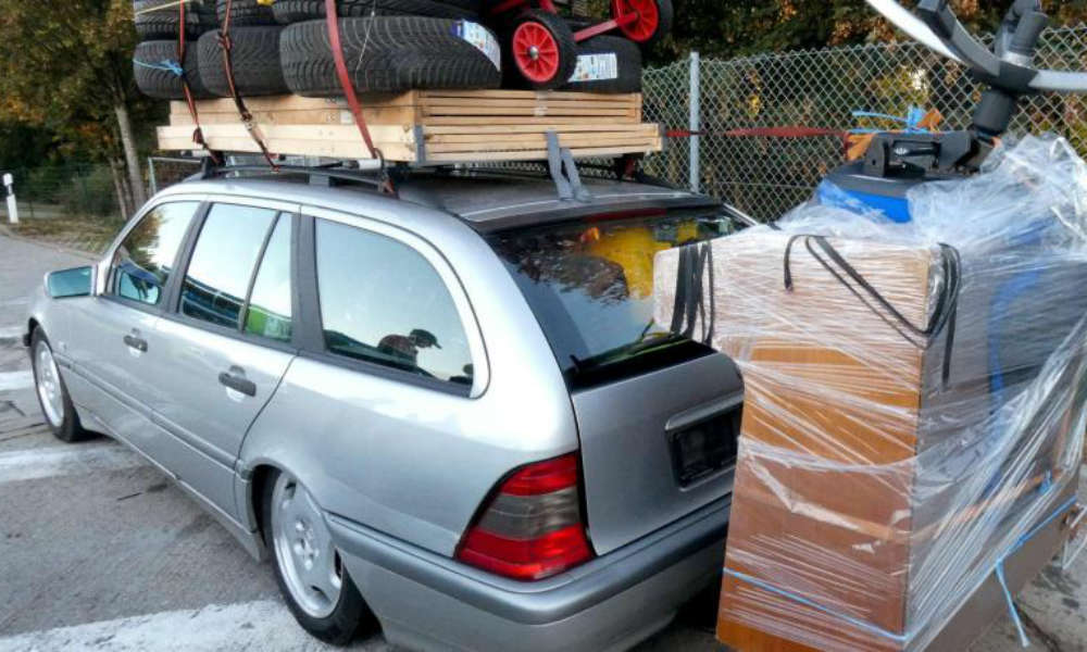 Samochód z przekroczoną wagą ładowności o 400 kg zatrzymany w Niemczech. Fot. Niemiecka policja