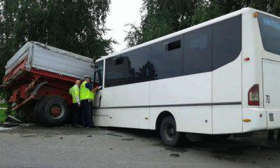 Śledczy zarzucają spowodowanie katastrofy kierowcy, który w poniedziałek doprowadził do wypadku w Świniarsku (Małopolska). Zginęła w nim jedna osoba, a 33 zostały ranne. Fot. Policja