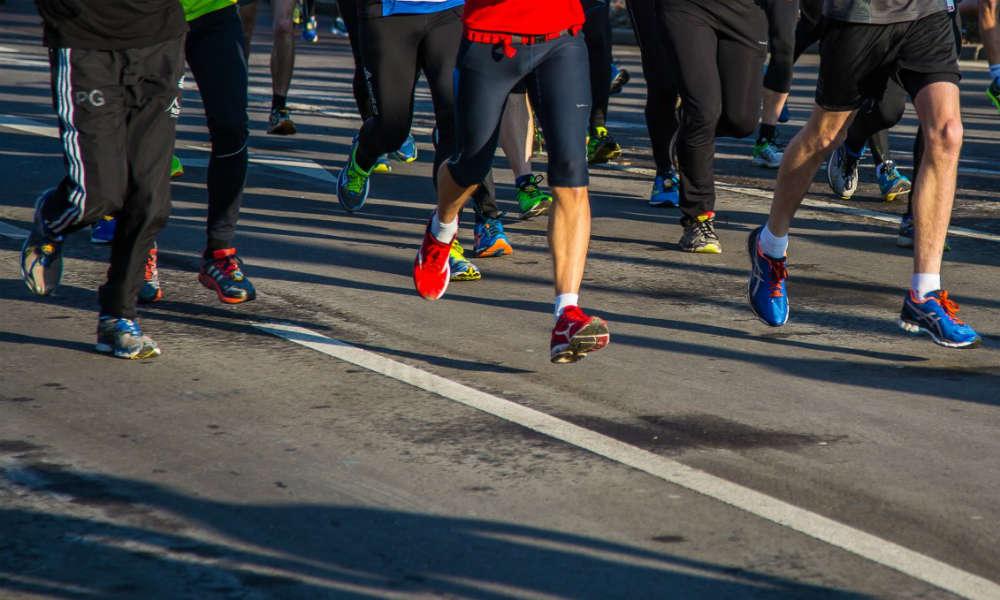 Biegacze podczas biegu ulicznego. Fot CC0