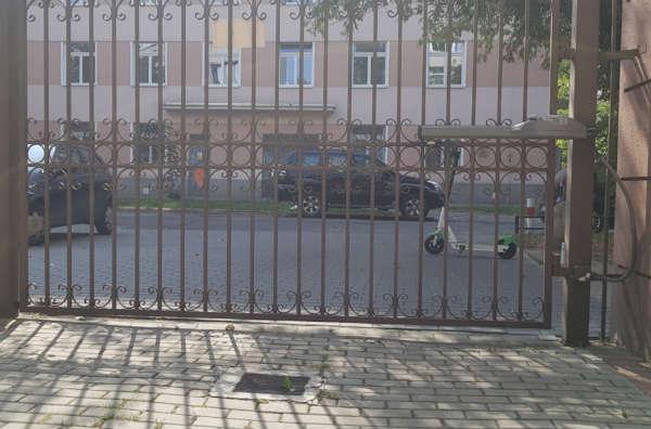 Elektryczna hulajnoga pozostawiona przed bramą Fot. Wojciech Kotowski