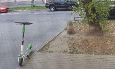 Pozostawiona na chodniku elektryczna hulajnoga może zagrażać np. niewidomym pieszym. Fot. Wojciech Kotowski