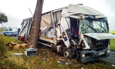 Pijany kierowca ciężarówki uderzył po kolei w dwa drzewa. Fot. Policja