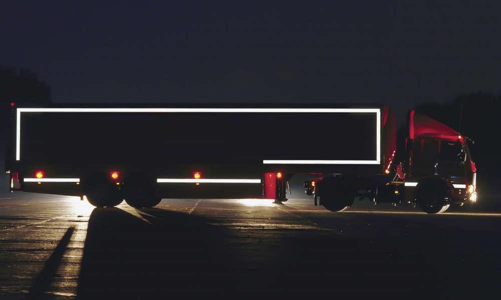 Oznakowanie konturowe pozwala szybciej zauważyć wielkie pojazdy na drodze Fot. materiały 3M