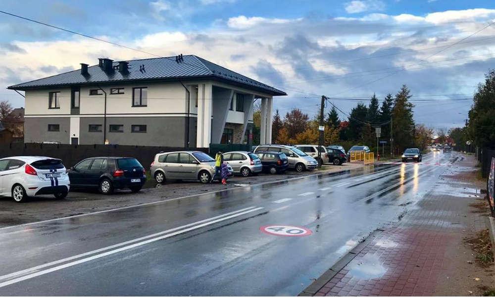Przy tym przedszkolu gminnym w Chotomowie tysiące kierowców znacznie przekracza dozwoloną prędkość. Źródło: Konwent Aktywistów Gminnych - Gmina Jabłonna / Facebook