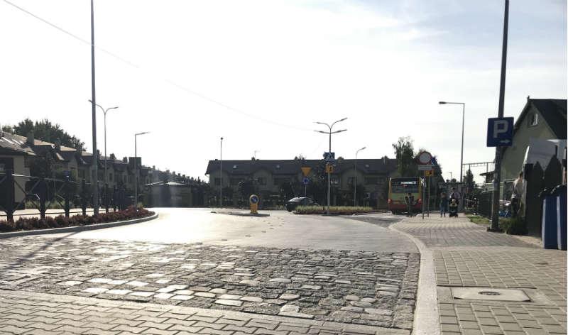Przy nowym mini rondzie wyznaczono też bypass prowadzący przy przystanku autobusowym. Dzięki temu dzieci bezpieczniej wsiadają i opuszczają pojazd, a autobus nie tamuje ruchu Fot. Łukasz Zboralski/brd24.pl