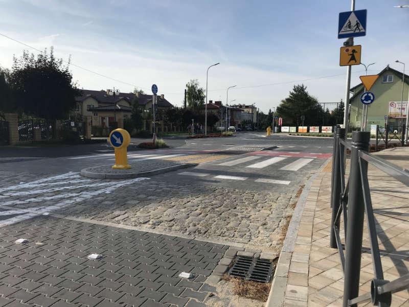 Skrzyżowanie przy szkole zostało zmienione na mini rondo. To jest wyniesione przed przejściami i zrobione z innej nawierzchni - kostki betonowej. Fot. Łukasz Zboralski/brd24.pl