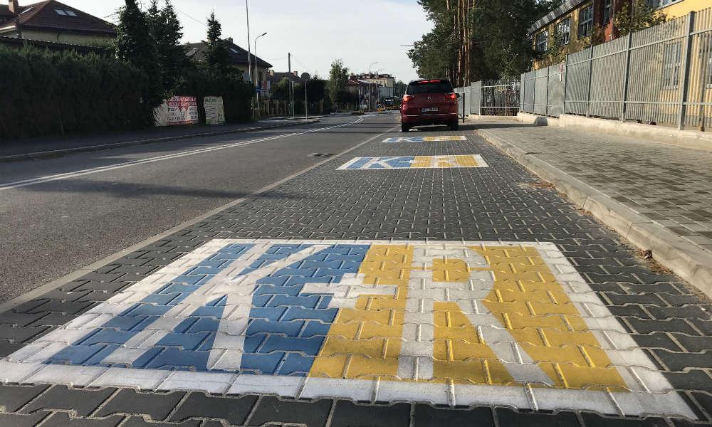 """Parking """"Kiss and ride"""" przed szkołą w Józefosławiu pozwala rodzicom łatwo podwieźć dzieci po drodze do swojej pracy. Fot. Łukasz Zboralski/brd24.pl"""