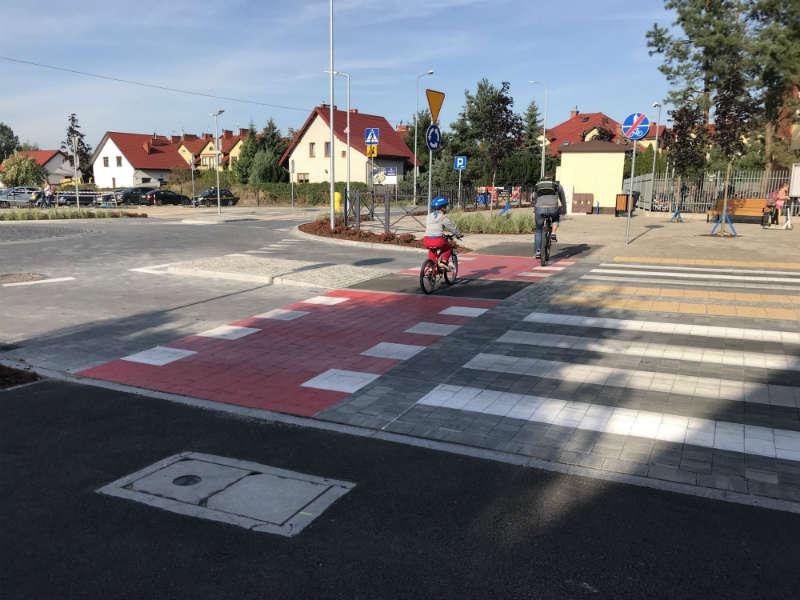 Przy szkole w Józefosławiu powstały ścieżki i przejazdy rowerowe. Fot. Łukasz Zboralski/brd24.pl
