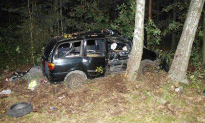 29-latek rano dachował dostawczym samochodem, a wieczorem vanem wjechał w drzewo. Fot. Policja
