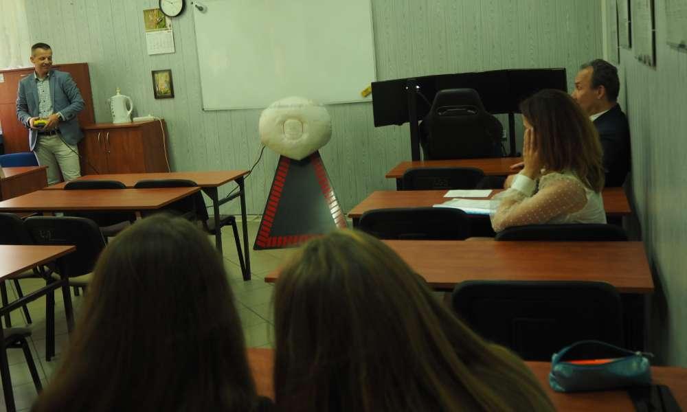 Symulator poduszki powietrznej. Uczniowie dowiedzieli się, że rozwija się ona z prędkością 300 km/h. Fot. brd24.pl