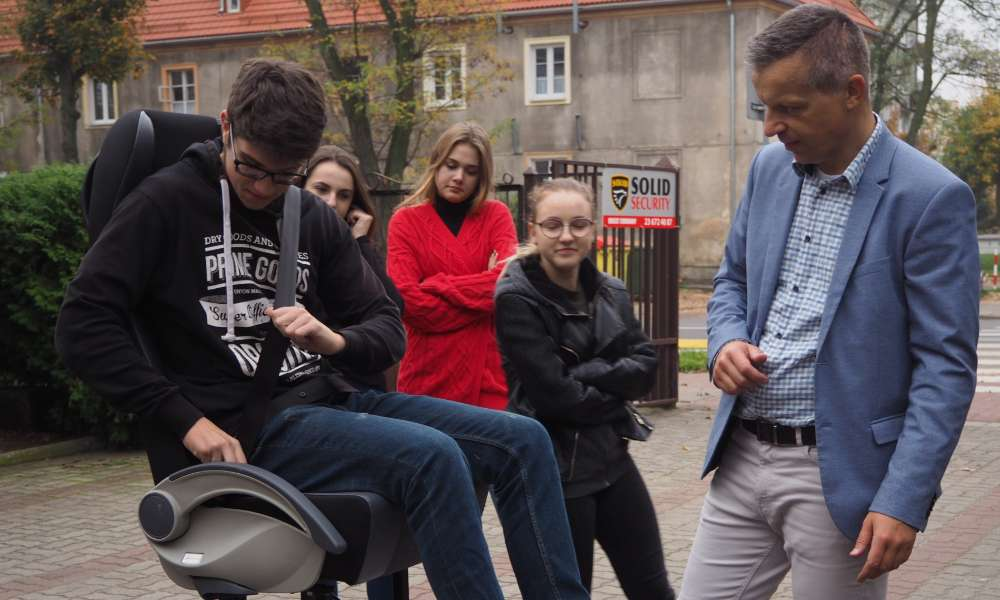 Symulator zderzeń pozwolił uczniom na sprawdzenie tego jak działają pasy i jak należy je prawidłowo zapiać. Fot. brd24.pl