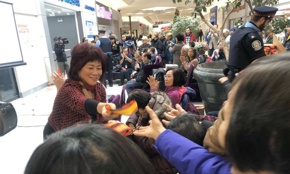 Rozdawanie odblasków w Toronto podczas akcji radnej miejskiej Cynthii Lai Źrodło:Cynthia Lai/Twitter