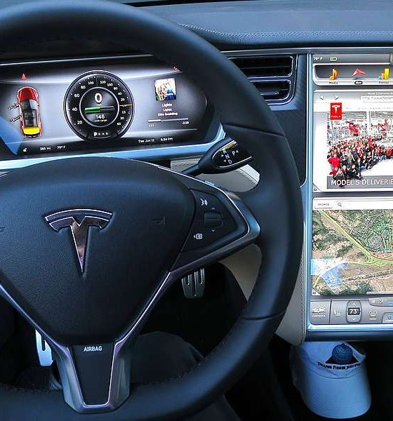 Wnętrze samochodu Tesla. Fot Wikimedia Commons/ jurvetson (Steve Jurvetson)