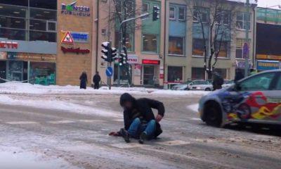 Sytuacja z pieszym na przejściu na Litwie Źródło: YouTube/Litewska Policja
