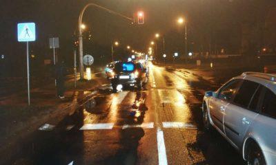 Kierowca w Olsztynie ominął auto przepuszczające na przejściu 90-latkę i wjechał w kobietę. Fot. Policja