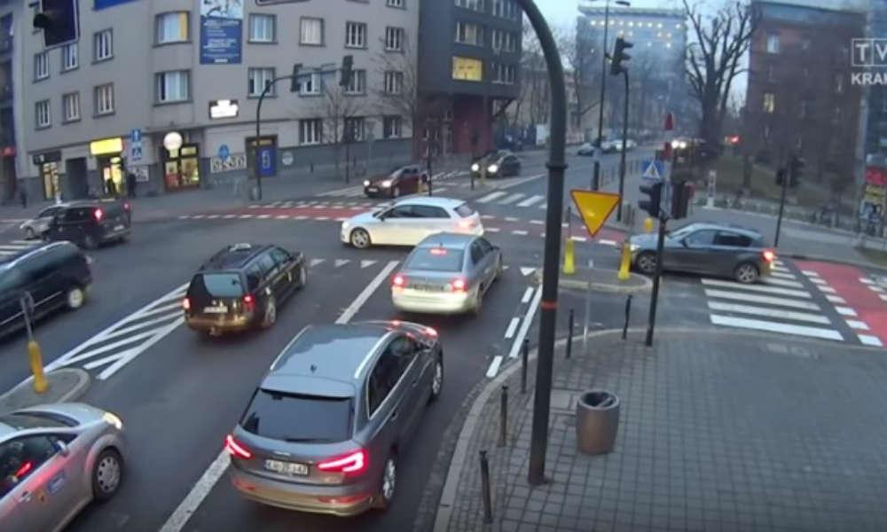 """Skrzyżowanie w Krakowie, na którym wyłączono sygnalizację świetlną. Źródło: kadr programu """"Jedź bezpiecznie""""/YouTube"""