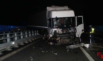 Kierowca ciężarówki uderzył w bariery na autostradzie A1. Ranny został inny kierowca, który chciał mu pomóc - spadł z wiaduktu. Zginął pracownik firmy holowniczej, który też spadł z wiaduktu. Fot. Policja