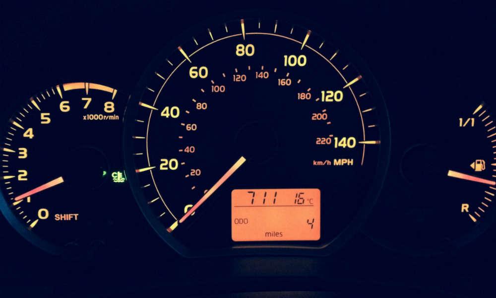 Wskaźniki na desce rozdzielczej samochodu. Fot. CC0