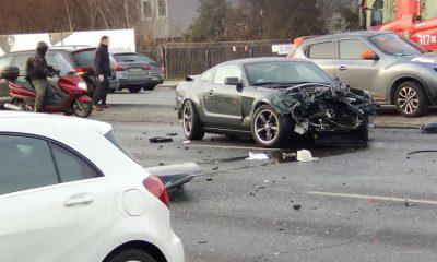 Kierowca mustanga nie opanował samochodu i przejechał na sąsiednie pasy ruchu, zderzając się z kierowcami jadącymi w przeciwnych kierunkach. Fot. Facebook/Gosia Mulak