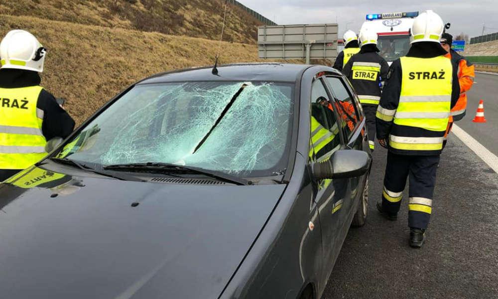 Tafla lodu spadająca z naczepy ciężarówki przebiła szybę auta osobowego i raniła kierującą nim kobietę. Fot. Facebook/OSP Świerklany