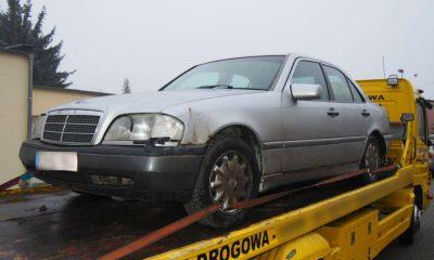 Kierowca tego mercedesa potrącił kobietę w Strzelcach Krajeńskich i uciekł Fot. Policja