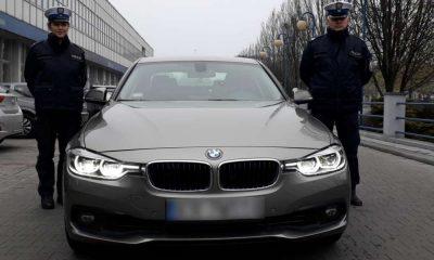 """Podczas nowego obowiązku sprawdzania stanu licznika podczas kontroli drogowej policjanci z krakowskiej grupy SPEED wykryli pierwszy """"kręcony"""" licznik w samochodzie zatrzymanego kierowcy. Fot. Policja"""