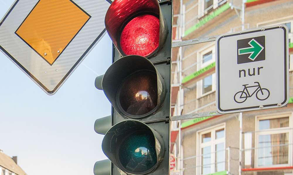 Zielona strzałka dla rowerzystów w Niemczech. Fot. Raimond Spekking / CC BY-SA 4.0 ( Wikimedia Commons)