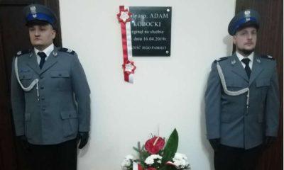 W listopadzie ubiegłego roku w Komendzie Powiatowej Policji w Świeciu uroczyście odsłonięto tablicę poświęconą zmarłemu w wypadki sierż. szt. Adamowi Łobockiemu Fot. KPP Świecie