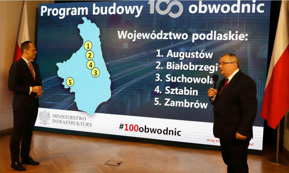 Minister infrastruktury Andrzej Adamczyk (z prawej) i wiceminister Rafał Weber ogłosili plan budowy 100 obwodnic Fot. MI