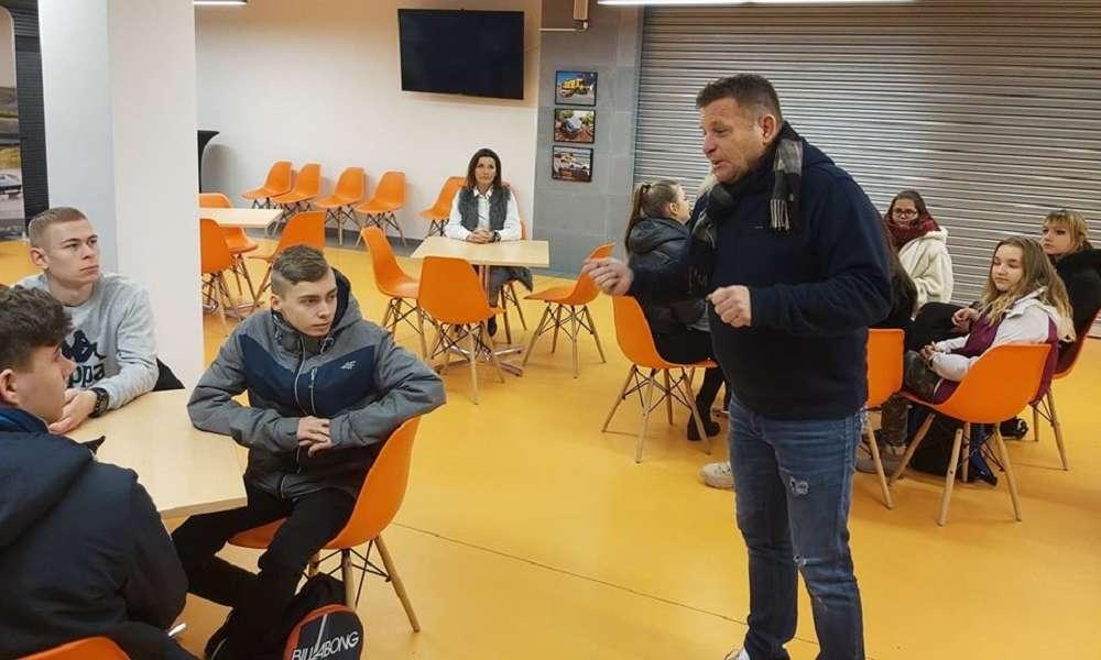 Leszek Kuzaj prowadący zajęcia dla uczestników pilotażowego projektu wychowania komunikacyjnego. Fotografia - materiały prasowe