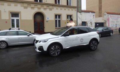 Ksiądz z Legnicy błogosławiący wiernym z samochodu. Źródło: http://trojca.legnica.pl/