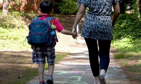 Rodzic odprowadza dziecko do szkoły. Fot. CC0