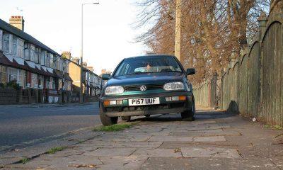 Samochód zaparkowany na chodniku. Wielka Brytania. Fot. Flickr/Alan Stanton CC BY-SA 2.0