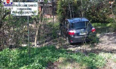 41-latka myślała, że jej samochód skradziono sprzed sklepu. Tymczasem zostawiła go na luzie i auto stoczyło się w krzaki Fot. Policja