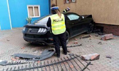 Kierowca mustanga najpierw wjechał w dzieci, potem rozbił się na ścianie budynku. Fot. KPP Szczytno