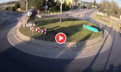 Kierowca suzuki swift wyskoczył na rondzie w Rąbieniu Źrodło: Facebook/Telewizja Aleksandrów Łódzki