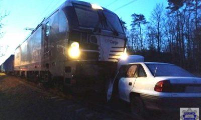 Mieszkaniec Kluczborka zawracał na przejeździe kolejowym i utknął. Fot. Policja
