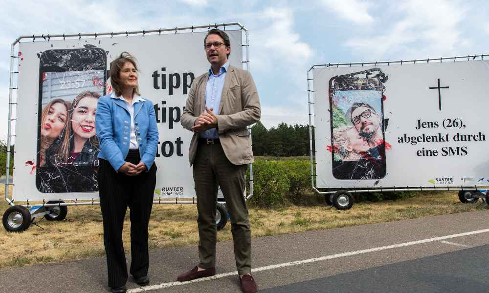 Niemiecki minister transportu Andreas Scheuer podczas prezentacji nowej kampanii autostradowej o niebezpieczeństwie używania telefonów podczas jazdy, rok 2018 Fot. Flickr/BMVI