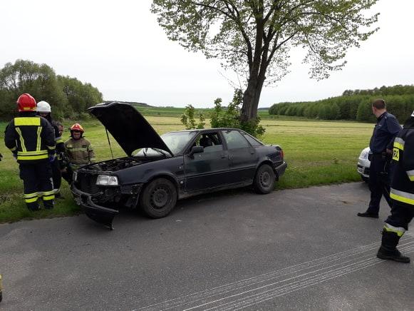 Po wypadku w Ziomakach kierowca zatrzymał się dopiero, gdy zjechał z drogi do rowu i uderzył w drzewo. Źródło: OSP Mokobody