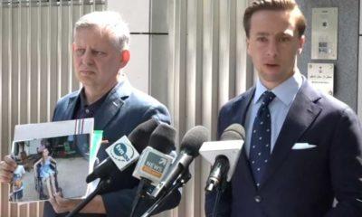 Krzysztof Bosak, kandydat Konfederacji na prezydenta z poszkodowanym w wypadku przez syna ambasadora Arabii Saudyjskiej Ryszardem Lubińskim podczas konferencji przed ambasadą w Warszawie. Źródło: Facebook