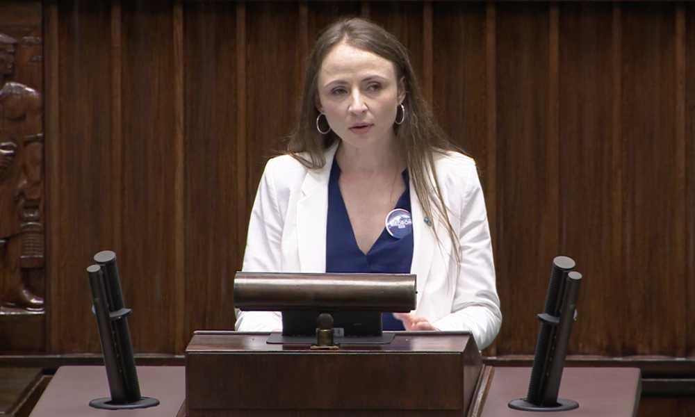Posłanka Lewicy Agnieszka Dziemianowicz-Bąk upominała się w Sejmie o obiecaną przez premiera nowelizację, która mogłaby ograniczyć liczbę ofiar wypadków drogowych. Źródło: Sejm.gov.pl