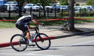 Osoby trenujące kolarstwo szosowe mogłyby jeździć trasą razem z samochodami, bo nie musiałyby korzystać obowiązkowo z dróg dla rowerów. Fot. CC0
