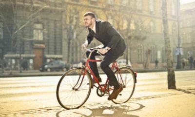 Rowerzysta na chodniku Fot. Pexels/CC0