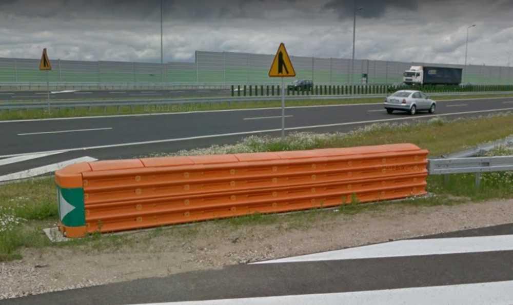 Poduszka zderzeniowa na węźle Pruszków na autostradzie A2 niepołączona z systemem barier ochronnych Źródło: Google Maps
