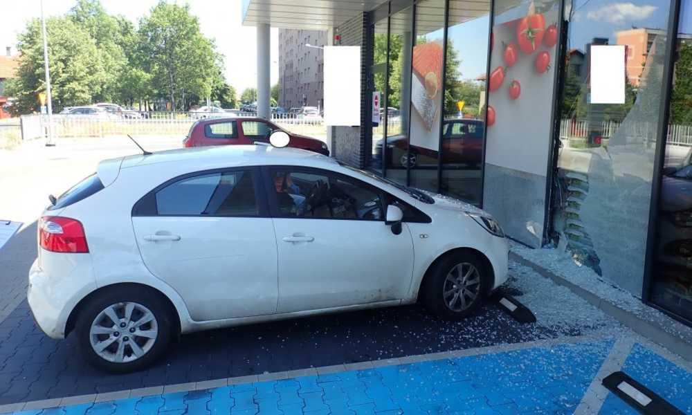 Starszy kierowca wjechał do sklepu w Rybniku Fot. Policja