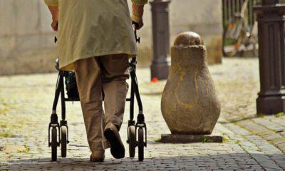 Starszy człowiek z balkonikiem Fot. Pickpic.com